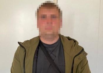 رجل امن يسرق حقيبة نقود في كييف