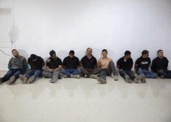 """قال الجيش الكولومبي المتقاعد: """"في عالم الجريمة ، هناك مفهوم القتل مقابل أجر ، وهذا ما حدث: لقد استأجروا بعض أفراد الاحتياط (الجيش) لهذا الغرض وعليهم الرد جنائياً على الأعمال التي ارتكبوها"""". الجنرال خايمي رويز باريرا. وسيسافر مسؤولون كبار من قوات الأمن الكولومبية إلى هايتي للمساعدة في التحقيق. يتم تجنيد الجنود الكولومبيين المدربين في الولايات المتحدة بشكل مكثف من قبل شركات الأمن الخاصة في مناطق الصراع العالمي بسبب تجربتهم في الحرب المستمرة منذ عقود ضد المتمردين اليساريين وعصابات المخدرات القوية. وقالت زوجة جندي كولومبي سابق محتجز إنه جندته شركة أمنية للسفر إلى جمهورية الدومينيكان الشهر الماضي. المرأة ، التي عرّفت نفسها فقط باسم """"يولي"""" ، أخبرت راديو W في كولومبيا أن زوجها فرانسيسكو أوريبي ، تم تعيينه مقابل 2700 دولار شهريًا من قبل شركة تدعى CTU للسفر إلى جمهورية الدومينيكان ، حيث قيل له إنه سيوفر الحماية لـ بعض العائلات القوية. تقول إنها تحدثت إليه آخر مرة في الساعة 10 مساءً. الأربعاء - بعد يوم تقريبًا من مقتل مويس - قال إنه كان في نوبة حراسة في منزل كان يقيم فيه هو وآخرون. قالت المرأة: """"في اليوم التالي كتب لي رسالة بدت وكأنها وداع"""". كانوا يركضون وقد تعرضوا للهجوم. ... كان هذا آخر اتصال لدي. """" قالت المرأة إنها تعرف القليل عن أنشطة زوجها ولم تكن تعلم أنه سافر إلى هايتي. يخضع أوريبي للتحقيق لدوره المزعوم في عمليات قتل خارج نطاق القضاء على يد الجيش الكولومبي الذي دربته الولايات المتحدة قبل أكثر من عقد. تظهر سجلات المحكمة الكولومبية أنه وجندي آخر اتهموا بقتل مدني في عام 2008 حاولوا فيما بعد تقديمه كمجرم قتل في القتال. قد يكون CTU المعني هو الأمن CTU في ميامي ديد. النشاط التجاري له عنوانان مدرجان على موقعه على الإنترنت. كان أحدهما مستودعاً مغلقاً بدون لافتة تشير إلى من ينتمي. والآخر عبارة عن مكتب بسيط يحمل اسم شركة مختلفة حيث يقول موظف الاستقبال إن مالك وحدة مكافحة الإرهاب يأتي مرة واحدة في الأسبوع لتجميع الوجبة وعقد الاجتماع العرضي. وقالت وزارة الخارجية الأمريكية إنها على علم بالتقارير التي تفيد بأن الأمريكيين من أصل هايتي محتجزون لكنها لن تعلق. وصف Solages ، 35 عامًا ، نفسه بأنه """"وكيل دبلوماسي معتمد"""" ، ومدافع عن الأطفال والسياسي الناشئ على موقع ويب تمت إزالته الآن لمؤسسة"""
