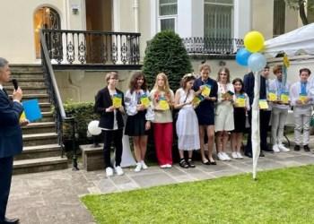 حفل تخرج للخريجين الأوكرانين على أراضي السفارة في لندن