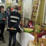Besucher schauen die Ausstellung an