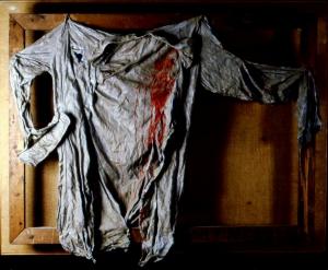 Prigioniero di guerra, 1962 (camicia plastificata e smalto rosso. Opera distrutta)