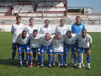 O time do Duque de Caxias em 2007. O quarto agachado da esquerda para a direita é o meia Madson,atualmente no Santos e então emprestado pelo Vasco para o Duque. (Crédito: Wikipedia)