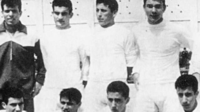 Julio Iglesias, o goleiro (o primeiro em pé, à esquerda)