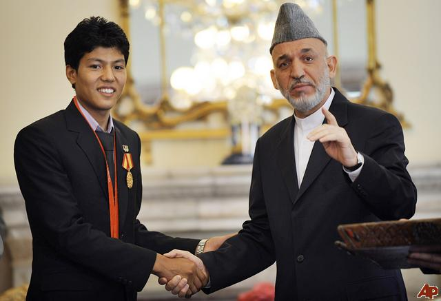 Herói olímpico, Rohullah Nikpai é recebido pelo presidente afegão, Hamid Karzai