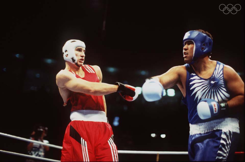 Boxeador tongolês (de azul) teve medalha olímpica devolvida após leiloá-la