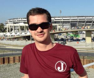 Em frente ao Maracanã, Andy registra sua torcida pelo Juventus