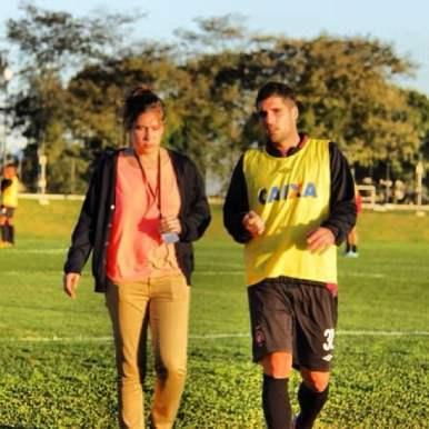 ... da irmã (que também joga bola), para quem apresentou o CT do Caju...