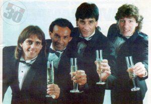 Julinho é o primeiro da direita para a esquerda. Mas o importante é a bizarrice da foto, tirada após o título nacional de 1994