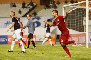 Rafael Moura comemora um dos dois gols que fez no massacre do Inter