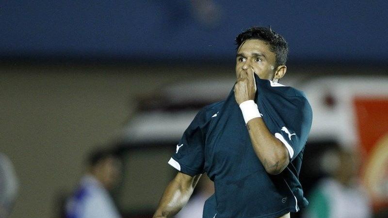 Erik comemora um dos dois gols que fez na vitória do Goiás contra o Bahia