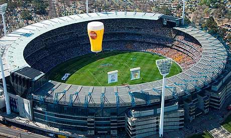 Sempre disputada em Melbourne, com 100 mil presentes, a 'Grand Final' é o 'Superbowl' do futebool australiano. Será que  um esporte de tanto sucesso é tão bizarro assim?