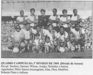 """Equipe conhecida como """"Expresso da Vitória"""" posa com um dos uniformes alternativos utilizados durante a campanha"""