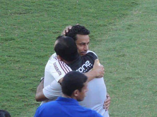 Abraço de amigos no jogo Fluminense x Volta Redonda
