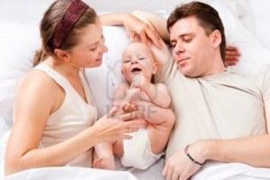 8801429-mamma-papa-e-bambini-in-letto