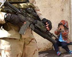 Bambino spaventato dal soldato