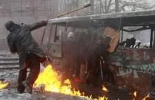 Kiev, di nuovo scontri tra dimostranti e polizia. Abbattute le barricate, 5 i morti tra i manifestanti