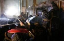 """Ucraina, la protesta dilaga. Ucciso un agente e morto in ospedale un dimostrante. Ai manifestanti armati, il  ministro Zakhartchenko risponde: """"In caso di pericolo useremo la forza"""". Gruppi di dimostranti attaccano la sede del Parlamento con bottiglie incendiarie"""