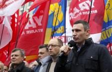 Alta tensione in Ucraina. A Kiev antigovernativi invitano la folla ad armarsi di caschi e mazze. Dopo l'incontro Putin-Ianukovich timore che presto accada qualcosa di grosso