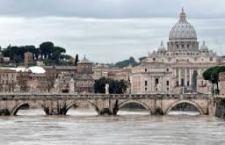 Passa la piena del Tevere, ma si continua a controllare il maltempo. Polemiche politiche a Roma. Il Papa si informa direttamente sulla situazione
