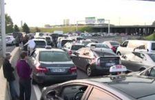 """Francia a ferro e fuoco per protesta taxisti. Governo vieta il """"car sharing"""" della Uber"""