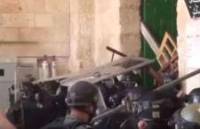 Gerusalemme: continuano gli scontri tra palestinesi e polizia israeliana alla moschea di Al-Aqsa