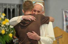 Il Papa chiede che ogni parrocchia in Europa accolga una famiglia di migranti. Austria: colonna di auto private da Budapest per portare i profughi a Vienna