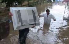 Alluvione nei pressi di Roma. Straripa l'Aniene a Tivoli: gente sui tetti di casa