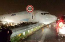 Bergamo: aereo finisce tra le macchine fuori pista