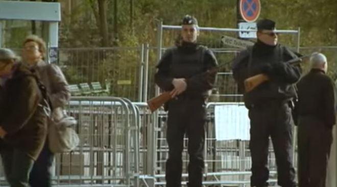 Parigi: poliziotti di guardia