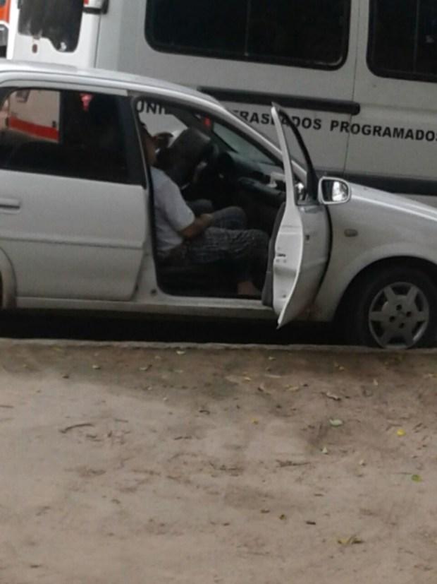 Carlos Alberto Pesce Pastoriza sentado en un auto.