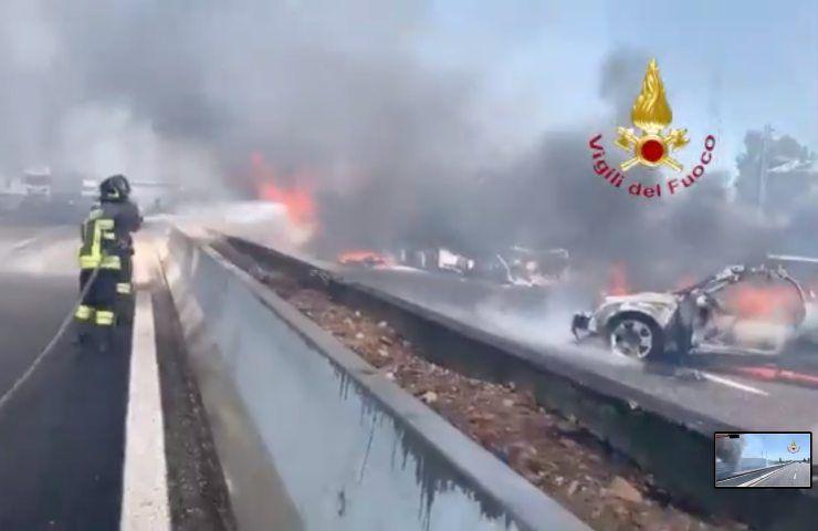 Esplosione in autostrada, tre mezzi in fiamme: ci sono delle vittime