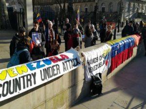 Protestan en Londres por la presencia de Juan Guaidó