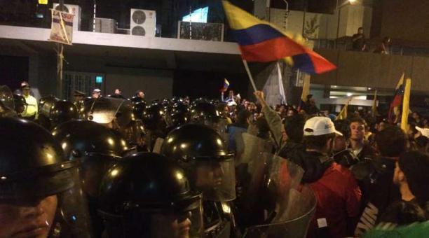 Los seguidores de Creo cruzaron una de las vallas de seguridad cerca dle CNE. Foto: ÚN