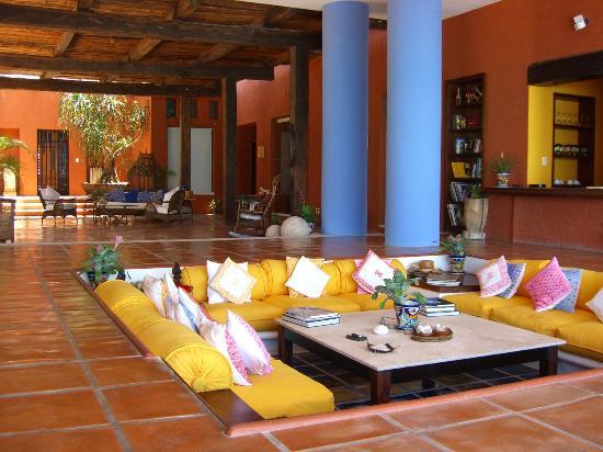 Vibrant sunken living room design with yellow sofa - NO.1# BEAUTIFUL SUNKEN LIVING ROOM DESIGN IDEAS