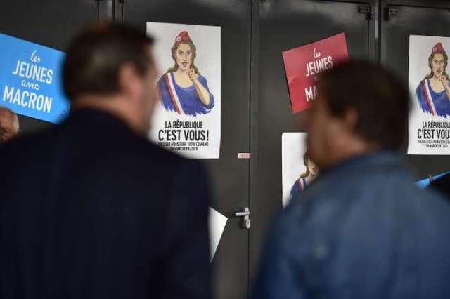 Deux hommes devant les affiches de campagne de La République en marche (LRM), le 7 septembre 2019, à Bordeaux, lors du rassemblement appelé « campus des territoires», en vue de préparer les prochaines élections à la mairie de France en 2020.