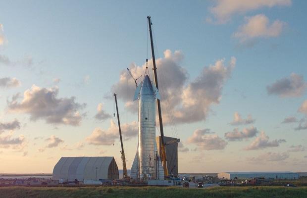 Elon Musk présente le nouveau vaisseau de SpaceX en grandes pompes