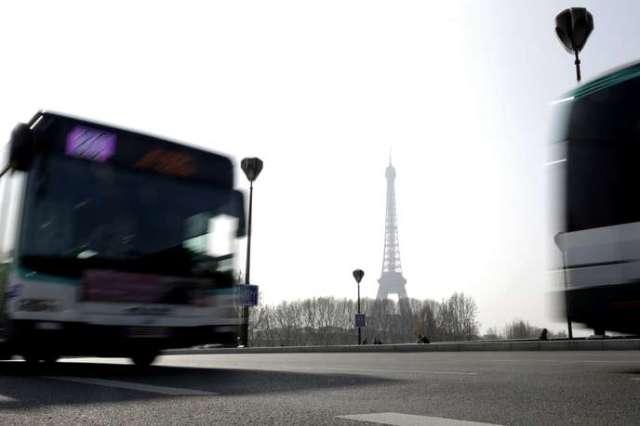 Un bus de la RATP passe devant la tour Eiffel, le 14 mars, à Paris.