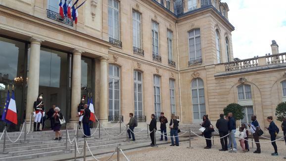 Dans la cour de l\'Élysée, des Français attendent pour signer les livres d\'or en hommage à Jacques Chirac.