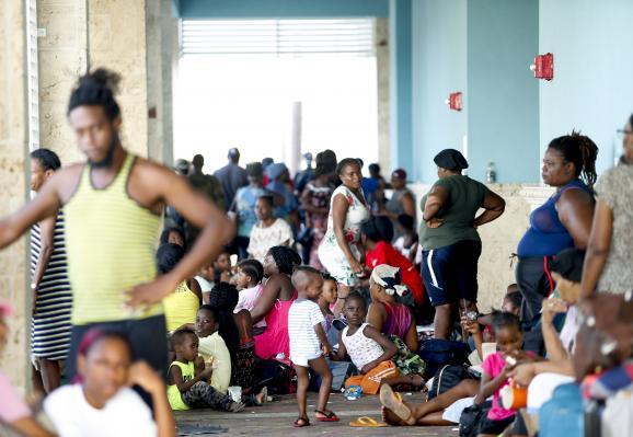 Des résidents de Marsh Harbor attendent à l\'aéroport international Leonard M. Thompson alors qu\'ils tententde quitter les îles Abacosle 5 septembre 2019, aux Bahamas.