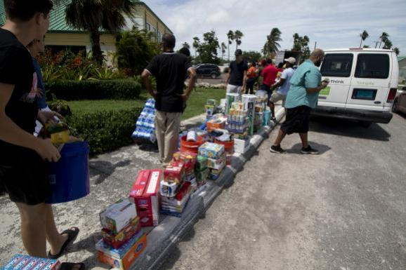 La solidarité s\'organise aux Bahamas comme à Nassau où des bénévoles reçoivent des fournitures de secours à destination des survivantsdes îles Abaco, le 4 septembre 2019.