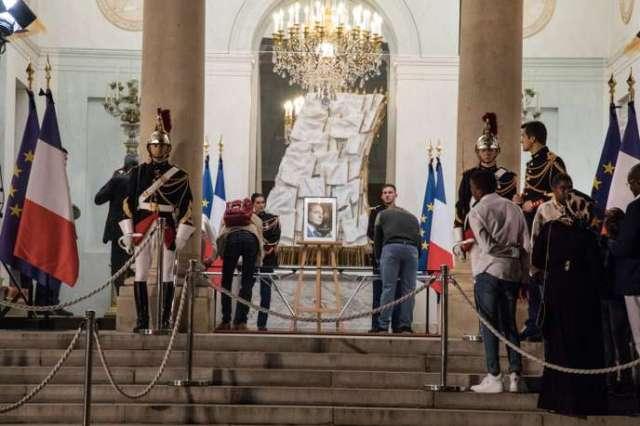 Suite à l'annonce de la mort de l'ancien président Jacques Chirac, un millier de personnes son venues au palais de l'Elysée, exceptionnellement ouvert pour l'occasion, afin de remplir un recueil de condoléances.