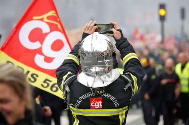 Plusieurs centaines de pompiers sont venus à Paris pour participer à la manifestation organisée à l'appel de syndicats de la profession le 15 octobre.