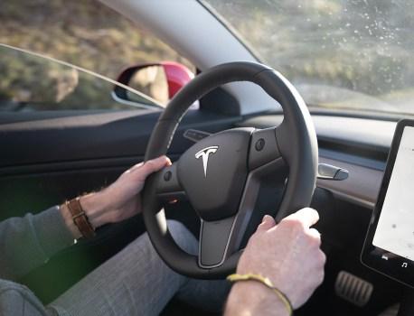 Cette Tesla fait un bruit de sabot de cheval? C'est normal, et c'est nouveau