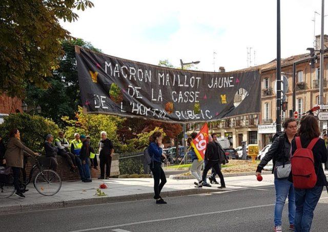 """""""Macron maillot jaune de la casse"""". Des manifestants ont profité de l'annonce du parcours du Tour de France 2020 pour envoyer un message à Emmanuel Macron, présent à Toulouse."""