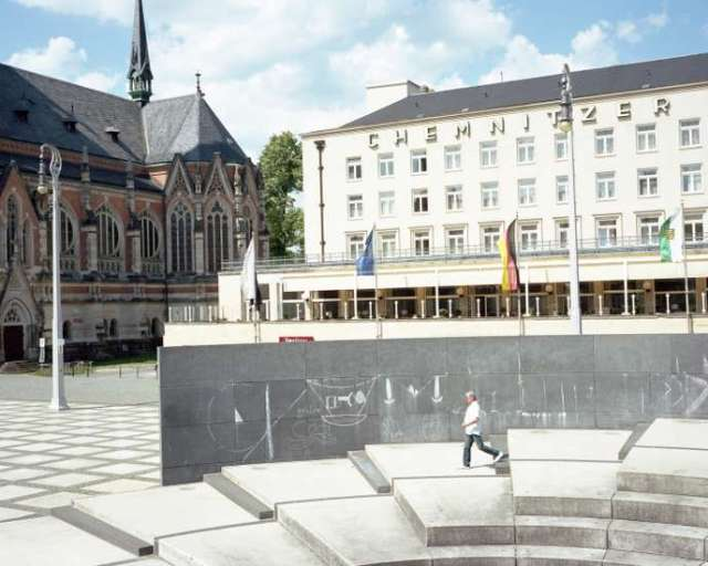 Chemnitz, en Allemagne (2019). Après la seconde guerre mondiale, la ville a été rebaptisée Karl-Marx-Stadt, jusqu'à la fin de la RDA. A la suite d'un meurtre commis en 2018, elle fut le théâtre de manifestations hostiles aux migrants.