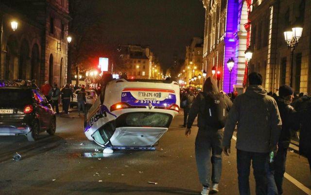Une voiture de police renversée devant la préfecture de police à Paris./LP/Yann Foreix