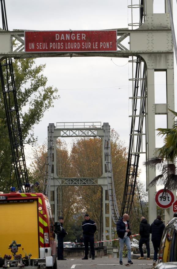 Des gendarmes surveillent l\'accès du pont deMirepoix-sur-Tarn (Haute-Garonne), après son effondrement survenu lundi 18 novembre 2019.