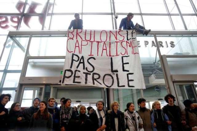 A la Défense, quelques dizaines de militants de Youth for Climate et Extinction Rebellion ont bloqué le 29 novembre l'une des entrées du centre commercial des Quatre Temps, sans toutefois réellement perturber son activité.