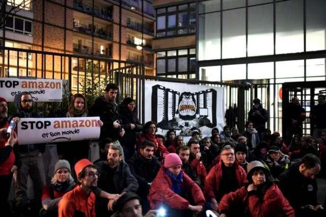 Action «anti-Black Friday» devant le siège d'Amazon France à Clichy, au nord de Paris, le 29 novembre 2019.