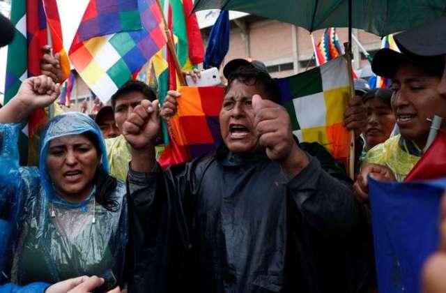 Des partisans d'Evo Morales, à Sacaba, en Bolivie, le 14 novembre, brandissent des wiphala, le drapeau des peuples indigènes.